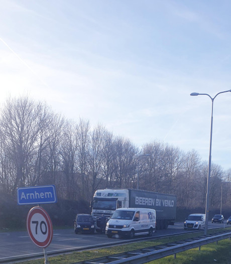 Auto dwars op de weg na aanrijding met vrachtwagen