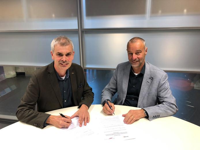 Wilco Leeflang (links, Nuborgh College) en Wim Diender (Deltion College) ondertekenen de samenwerking.