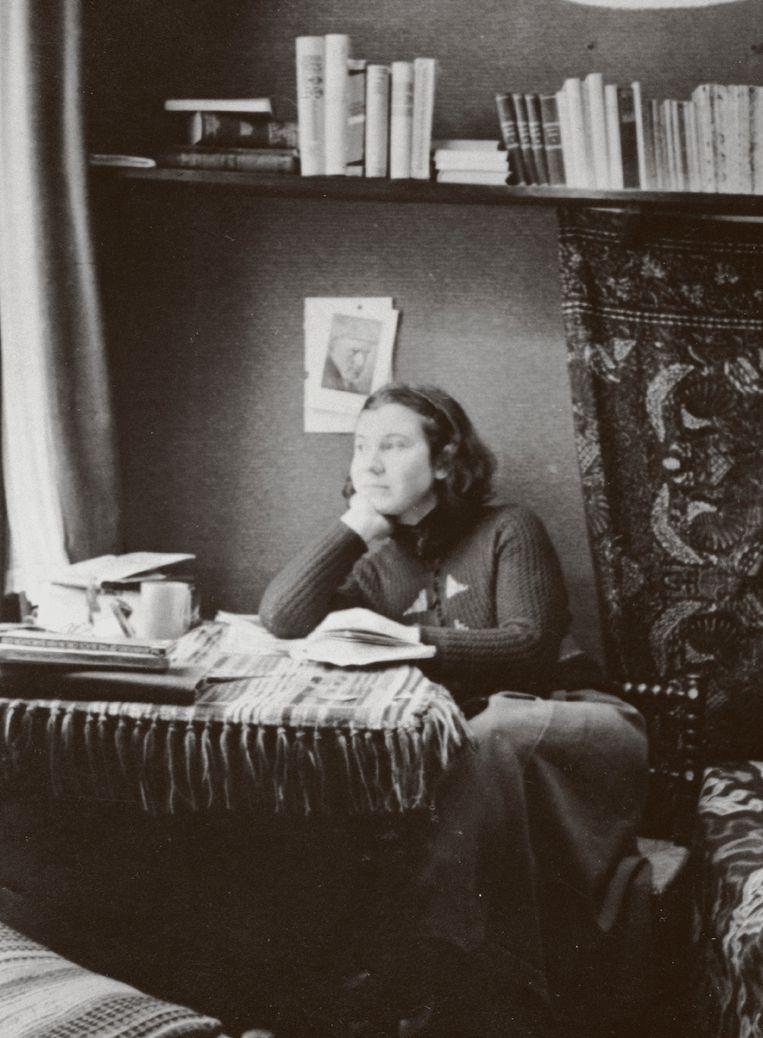Etty Hillesum in haar kamer aan de Gabriël Metsustraat 6, 1939 (ca.). Beeld Joods Historisch Museum