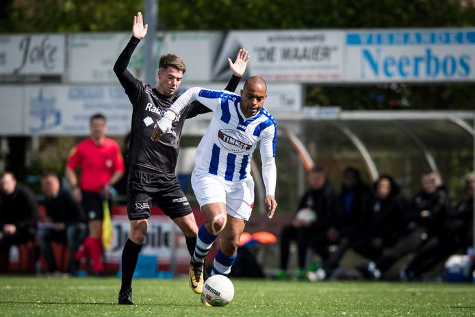 Rafael Uiterloo trekt ten aanval namens FC Lienden, in het duel tegen GVVV. De aanvaller speelt dit seizoen voor DVS'33.