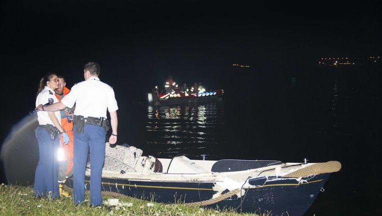 Agenten doen onderzoek bij een boot die betrokken was bij een aanvaring op de Vinkeveense Plassen. © Petershotnews.nl Beeld ANP