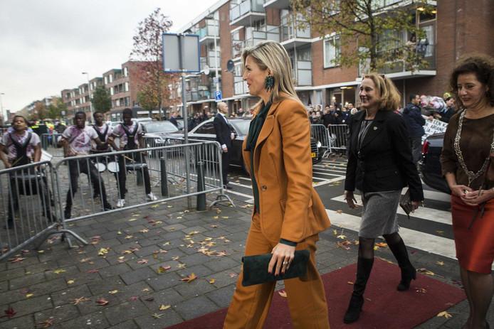 Daar is de koningin! Rechts loco-burgemeester Ingrid van Engelshoven.