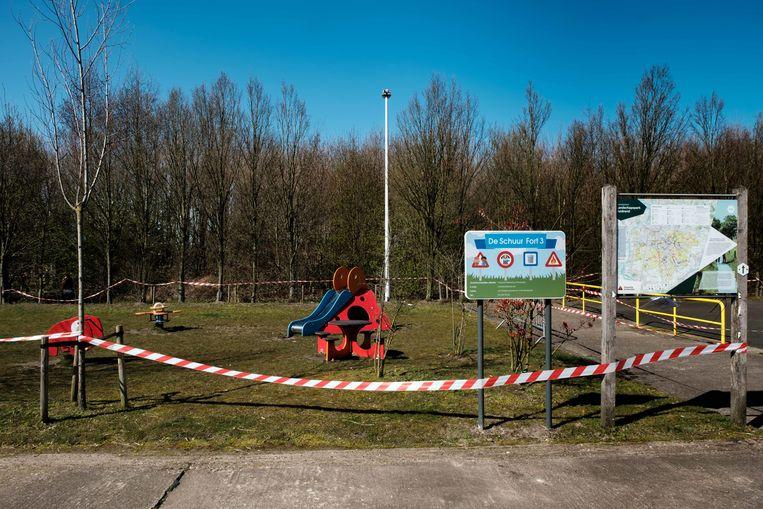 Borsbeek in lockdown. Afgesloten speeltuin aan Fort 3.