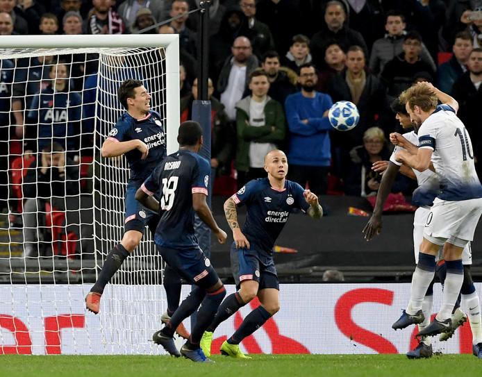 Harry Kane kopt Tottenham naar de overwinning.