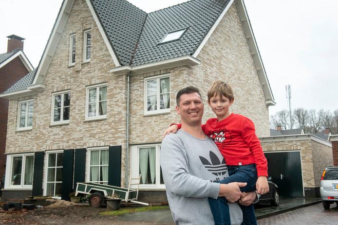 Thijs Steffen en zijn zoon Steffen voor hun huis aan de straat De Del.