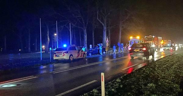Twee gewonden bij ongeval waarbij auto tegen schakelkast wordt gekatapulteerd.