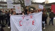 Leerlingen atheneum voeren aan schoolpoort actie voor klimaat