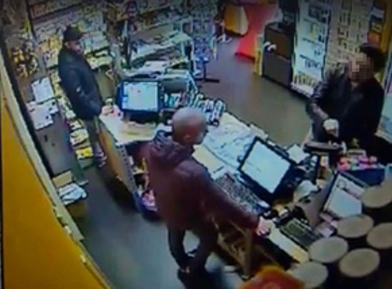 Een krantenverkoper uit Tollembeek verloor in februari van vorig jaar 2.700 euro aan een oplichter.