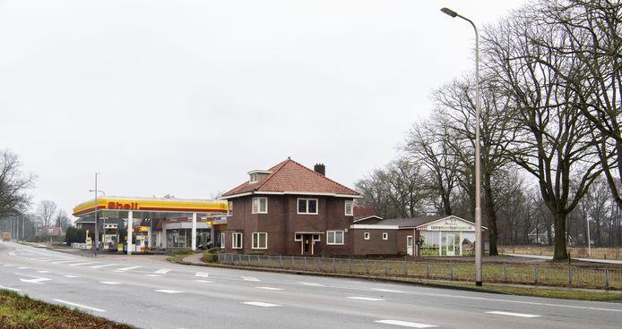 Het tankstation van Diepemaat sluit in mei definitief. Als het bestemmingsplan rond is, worden de bedrijfspanden gesloopt. De drie woningen links en rechts ervan worden opgeknapt en verkocht. Richting Enschede worden 15 kavels verkocht, achter het tankstation aan de overzijde van de Oude Enschedeseweg komen 5 grote kavels.