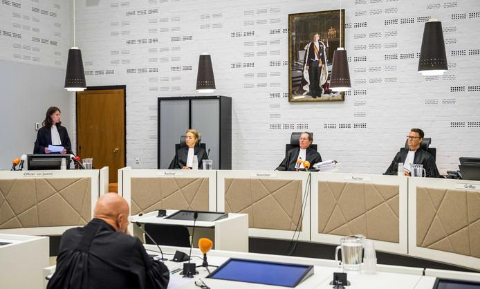 Rechters (vlnr) De Boer, voorzitter Milius en Van Eijk voorafgaand aan de zaak tegen oud-beveiliger Faris K. K. wordt verdacht van het lekken van vertrouwelijke gegevens van een bezoek van de dochter van Barack Obama en de beveiligingssituatie rondom Geert Wilders