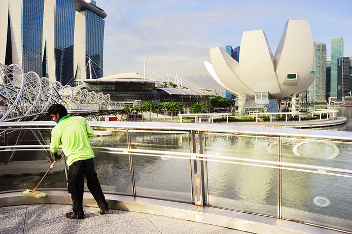 Foto ter illustratie. Een schoonmaker in aan het werk in Singapore