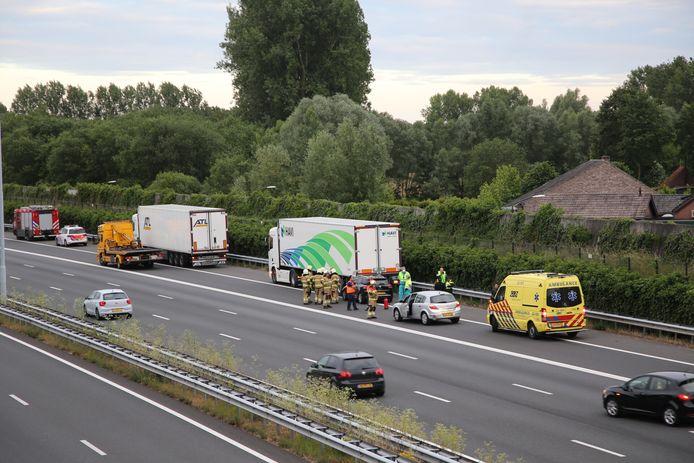 Auto rijdt achterop vrachtwagen op de A2 bij Liempde.