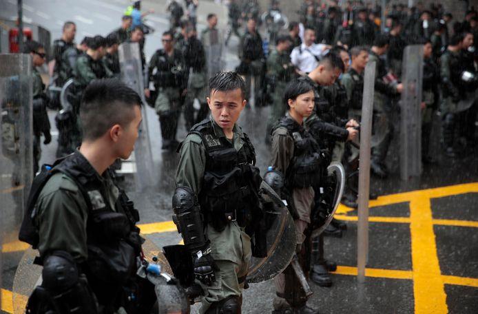 De politie heeft barrières opgeworpen aan de gebouwen van de Chinese regering.