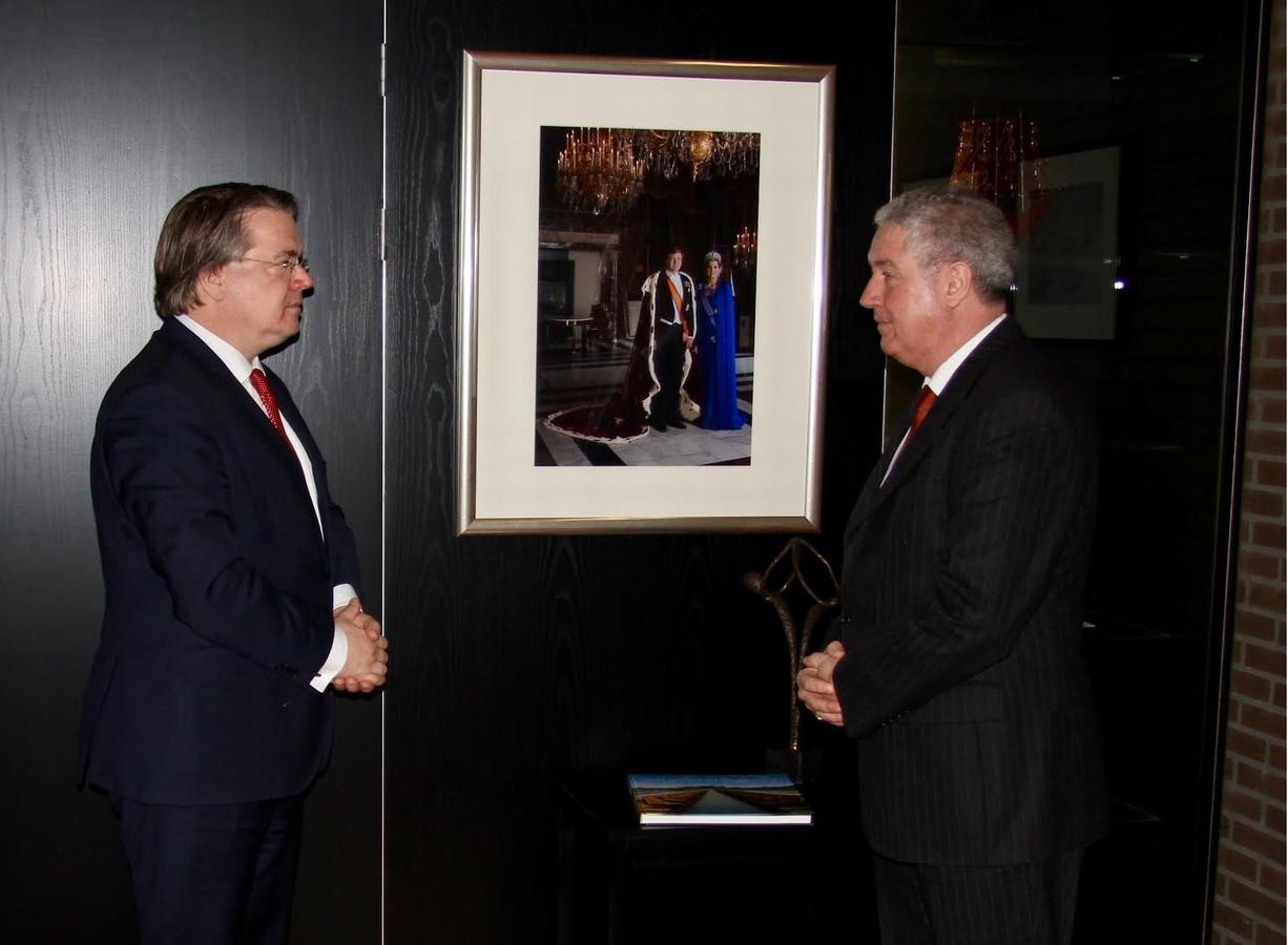 Niederer vorig jaar januari, toen Commissaris van de Koning Wim van de Donk (links) hem beëdigde voor zijn tweede termijn als burgemeester van Roosendaal.