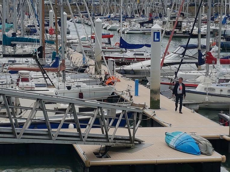 De politie op het ponton waar het slachtoffer werd gevonden.