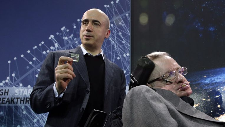 Miljardair Yurii Milner (links) en Stephen Hawking bij de presentatie van het Breakthrough Starshot-initiatief. Beeld anp