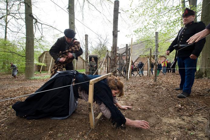 Acteurs spelen in het Openluchtmuseum na hoe het er in de Eerste Wereldoorlog aan toeging rond de dodendraad.