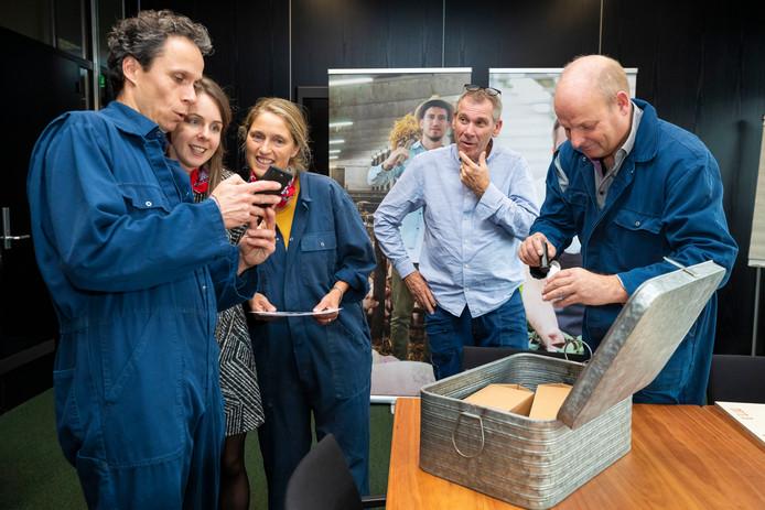 Boer Gerrit Verhoeven (rechts) neemt samen met ambtenaren in het Bossche Provinciehuis een voorproefje op de boeren-escaperoom.