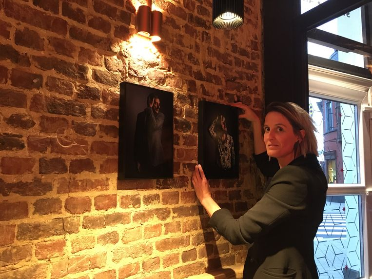Marieke Selhorst hangt de portretten van Bas Bogaerts op in Maison W.