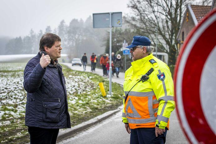 Burgemeester van Vaals, Harry Leunessen, nam gisteren een kijkje bij de wegafzetting in Vijlen.
