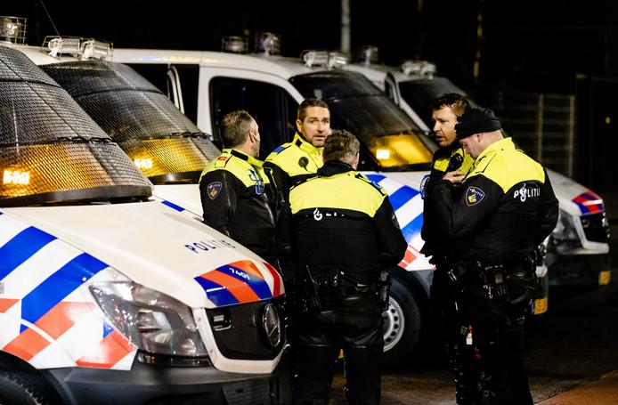 Politieagenten van de Mobiele Eenheid in Den Haag. ME-diensten hakken flink in op de bezetting bij de basisteams.