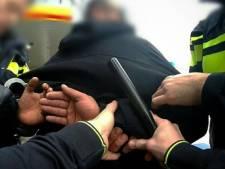 Agenten houden gewelddadige dronkenlap aan in Schiebroek