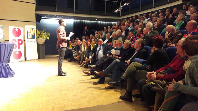 Het lijsttrekkersdebat onder leiding van Nathan de Groot in de Moerdijkzaal trok dinsdagavond meer dan honderd bezoekers.