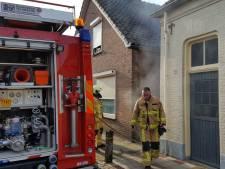 Afvalcontainer vat vlam achter woning in Goor