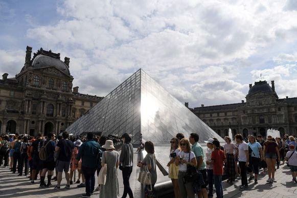 Er staan vaak heel lange rijen aan het Louvre.