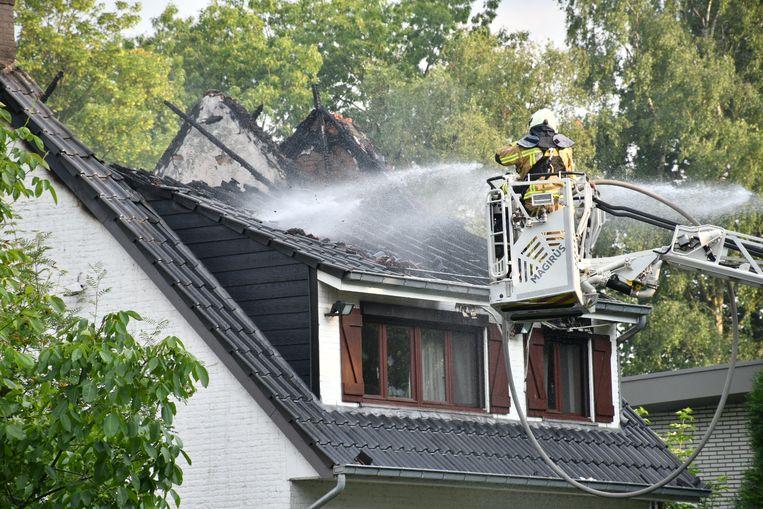 De brandweer had enkele uren de tijd nodig om de brand volledig onder controle te krijgen.