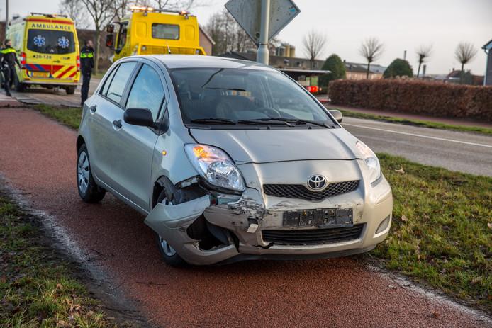 Ongeluk op de Vroenhoutseweg in Roosendaal met twee auto's.