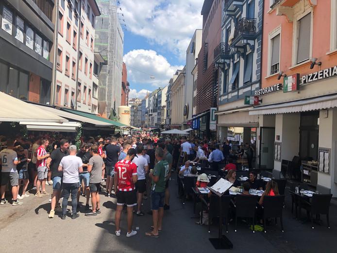 Honderden PSV-fans komen samen bij Soho Bar in het centrum van Bazel.