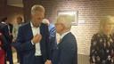 Sjors Fröhlich vlak na zijn voordracht in gesprek met waarnemend burgemeester van Vijfheerenlanden, Jan Pieter Lokker.