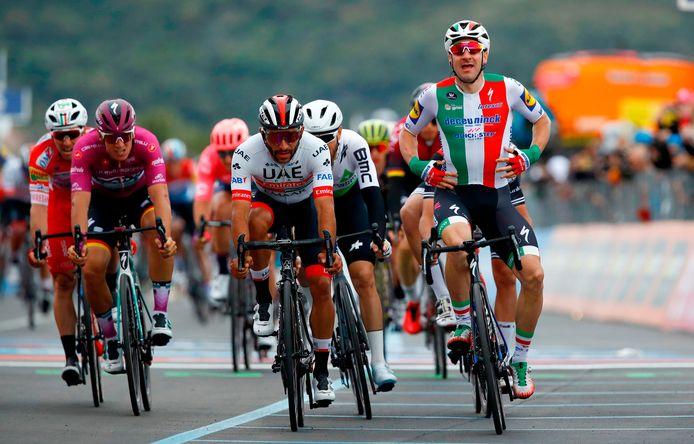 Elia Viviani juicht, maar Fernando Gavria krijgt de overwinning.