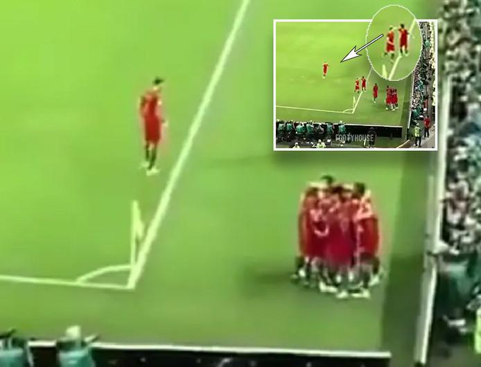 Portugal juicht, José Fonte kijkt toe. In het inzetje wijst een Portugees op Fonte. 'Blijf daar!'