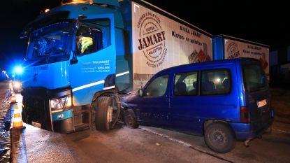 Autobestuurder rijdt in flank manoeuvrerende vrachtwagen