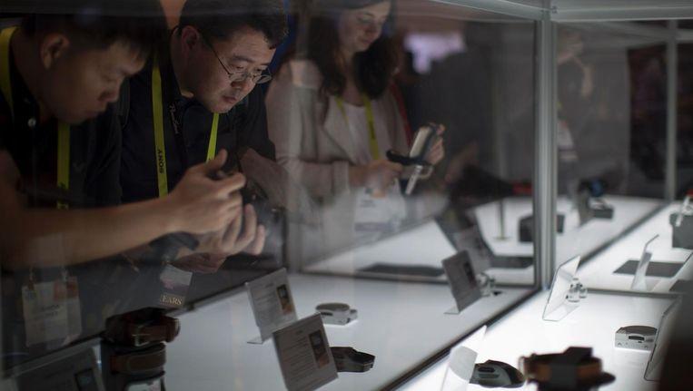 Geïnteresseerden vergapen zich aan het nieuwste van het nieuwste in de consumentenelektronica. Beeld ap