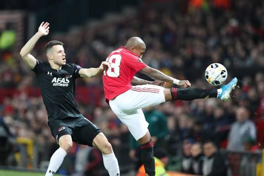 Oussama Idrissi eerder dit seizoen op Old Trafford in actie tegen het Manchester United van Ashley Young (inmiddels getransfereerd naar Inter).