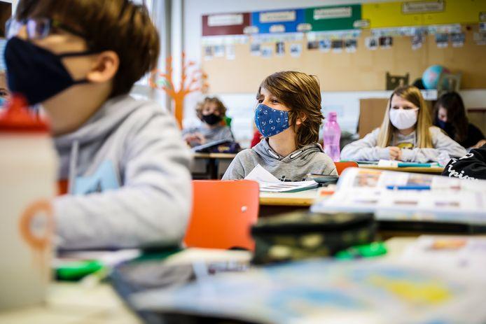 De heropening van de scholen op 16 november is nog niet merkbaar in de besmettingscijfers, maar het is raadzaam nog enkele weken te wachten met verdere versoepelingen in het onderwijs.