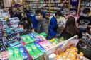 Grote drukte bij een drogist in Hongkong die mondmaskertjes verkoopt.