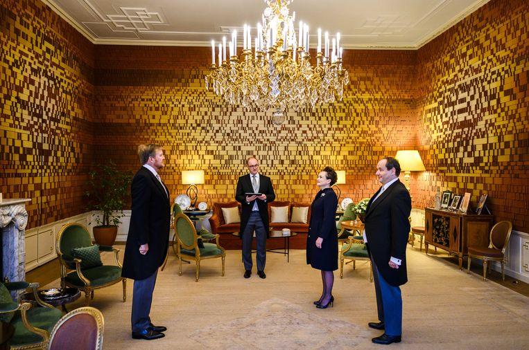 Koning Willem-Alexander beëdigt Van Huffelen en Vijlbrief. Beeld ANP