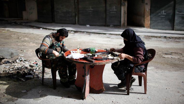 Strijders van de organisatie Jabhat al-Nusra maken hun wapens schoon in Aleppo. Beeld REUTERS