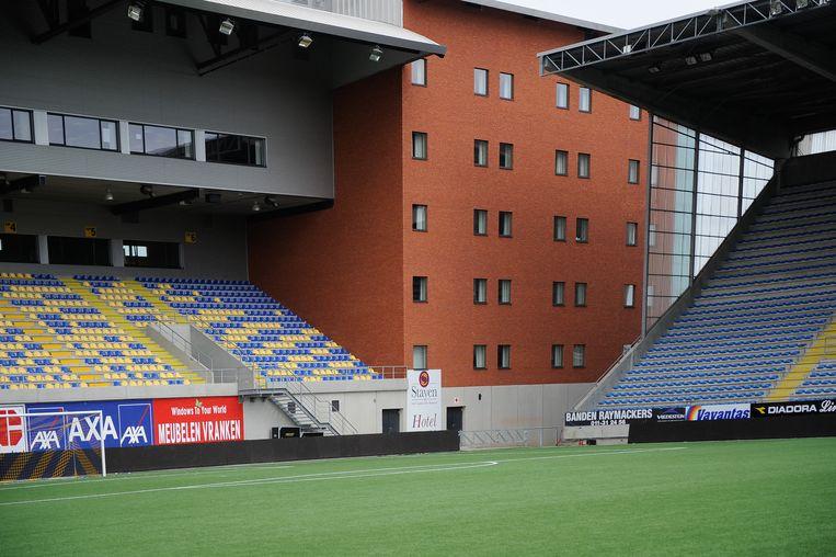 Het hotel Stayen bevindt zich tussen twee tribunes in.