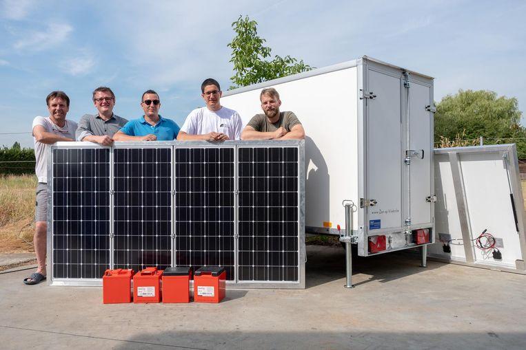 Jan Op de Beeck, Lode Vandendriessche, Tim Naets, Joris Slootmaeckers en Nico Van Miert bij hun zonnewagen.
