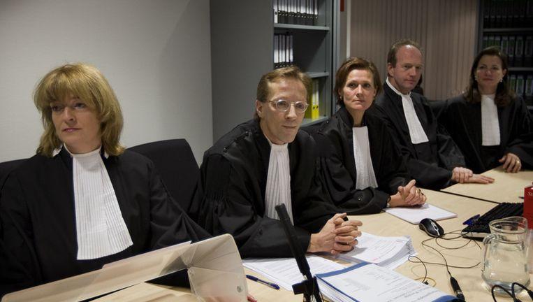 Het zou gaan om officier Sabine Tammes (midden). Zij is namens justitie betrokken bij het grote liquidatieproces dat plaatsvindt in de gerechtsbunker in Amsterdam-Osdorp, maar volgens het OM hebben de bedreigingen niets met die zaak te maken. Foto ANP Beeld