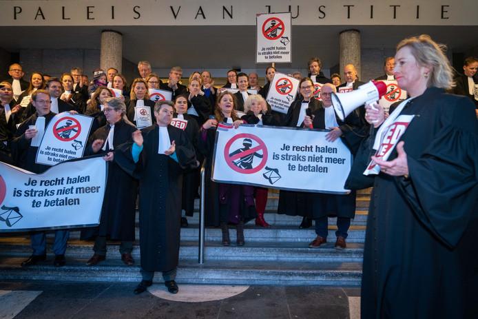 De actievoerende advocaten voor het Paleis van Justitie