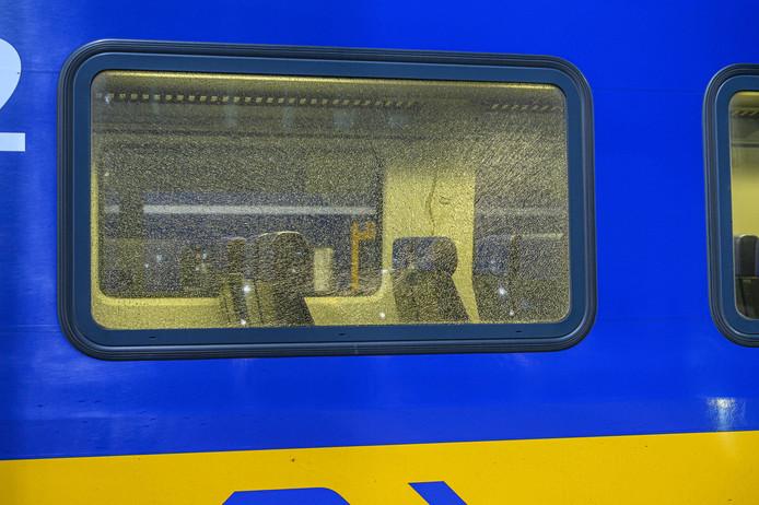 Een van de vernielde ruiten bij de trein die op station Breda vrijdagavond stilstond nadar er vlak van te voren op was geschoten.