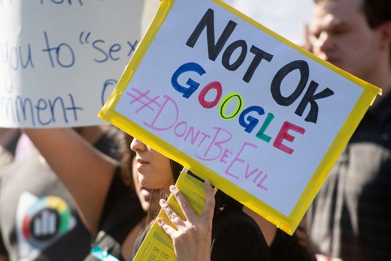 Medewerkers van Google protesteerden in november 2018 bij het hoofdkantoor van het bedrijf in Mountain View (Californië) tegen de wijze waarop Google de zaak tegen het wangedrag van leidinggevenden behandelde. Beeld AP
