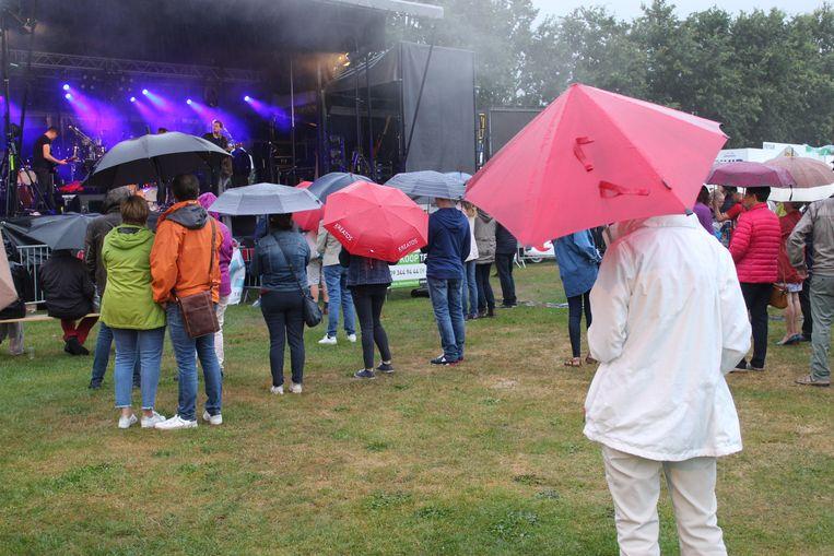 Enkele volharders genoten met de paraplu toch van het optreden van The Starlings.