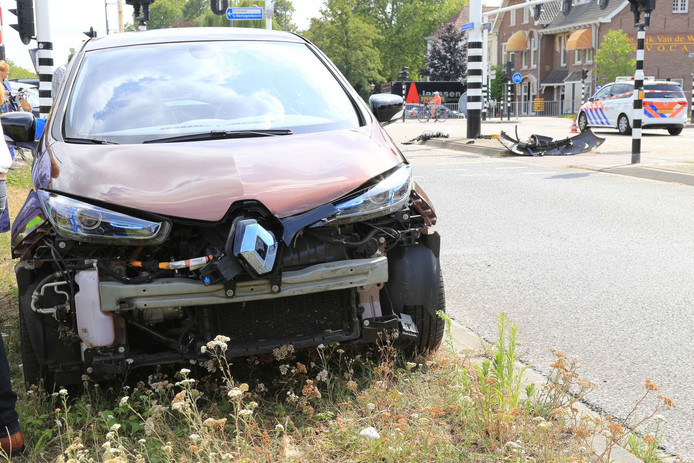 Auto belandt op zijkant na botsing met verkeerslicht in Helmond